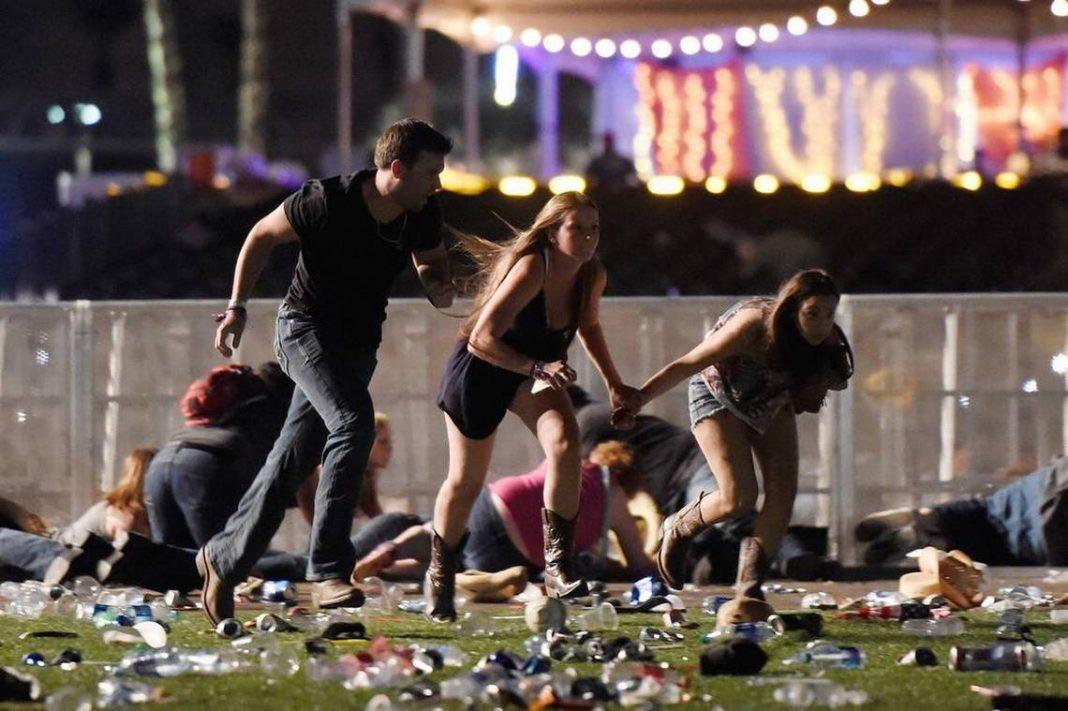 La gente corre del festival de la música country después de que se registró un tiroteo el 1 de octubre de 2017 en Las Vegas, Nevada