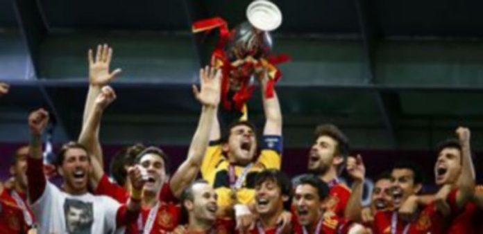 España empezó su camino del éxito levantando la eurocopa de 2008. / Reuters