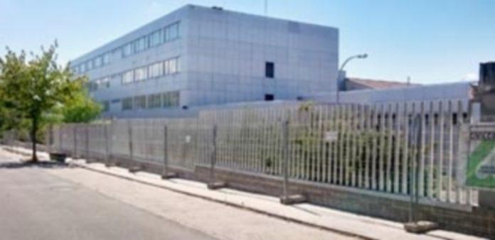 Imagen reciente de la tercera fase de sustitución del vallado exterior del instituto María Moliner que entra en el paquete de obras de Reforma./ E.A.