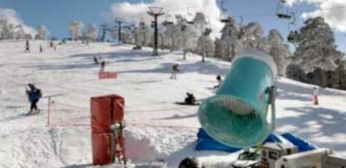 Los aficionados al esquí siguen disfrutando de su deporte favorito en la estación de Navacerrada