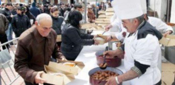 Los visitantes y cantimpalneses pudieron degustar el chorizo de Cantimpalos y potaje de garbanzos preparado por la Asociación de Cocineros de Segovia. / F. Descalzo