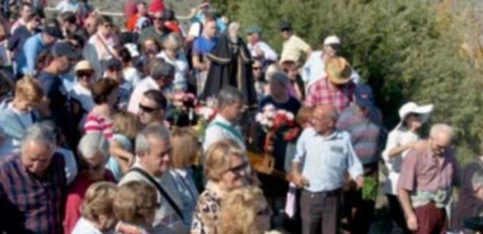 Un momento de la procesión con la imagen de San Frutos