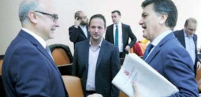 El presidente conversa con el portavoz socialista antes del pleno