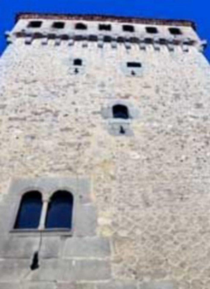 La Caja debe pagar 150.000 euros anuales por la hipoteca del Torreón que hacen peligrar la vida de la Fundación. / Kamarero