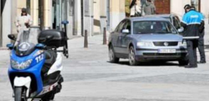 Un agente de Policía Local impone la multa al conductor de un vehículo en el entorno de la Plaza Mayor. / Kamarero