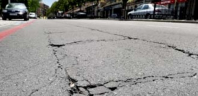 Vista parcial del asfalto de un tramo del paseo Ezequiel González