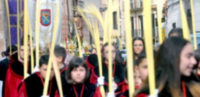 Los niños de la cofradía del Santo Cristo de Los Gascones portan las palmas ante la imagen de 'Jesús entrando en Jerusalén'. / Kamarero