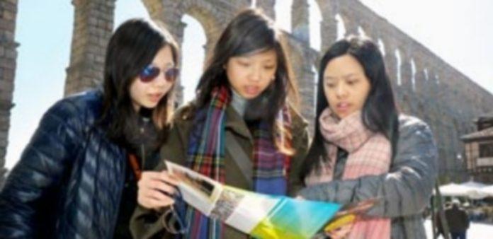 La posibilidad de encontrar material informativo sobre la ciudad en idioma chino favorece al visitante de este país una mayor comodidad a la hora de visitar la capital. / Kamarero