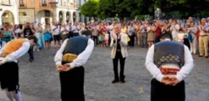 La Esteva hizo los honores al folklorista con la interpretación de 'La entradilla' a las puertas del Juan Bravo. / Kamarero