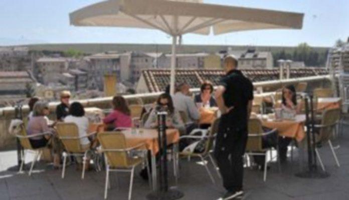 Las terrazas de verano motivan la contratación de camareros por el sector de Hostelería durante los trimestres del año en los que la climatología es más benigna. / Kamarero.