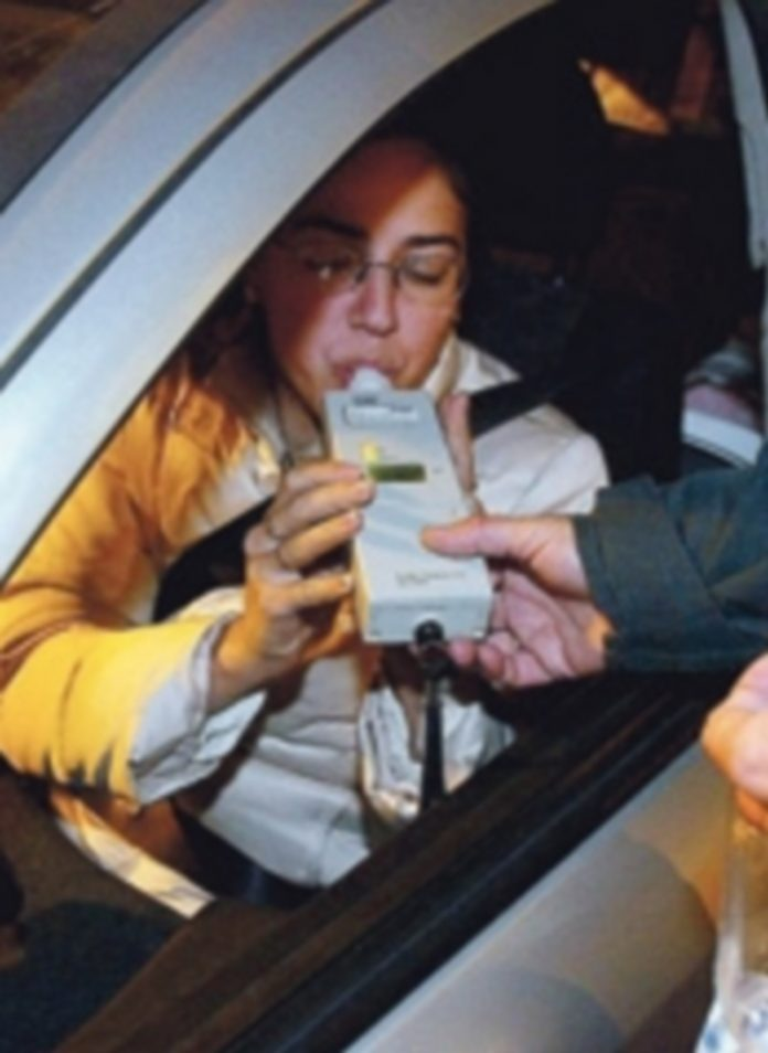 Una conductora se somete a la prueba de alcoholemia. / Ical