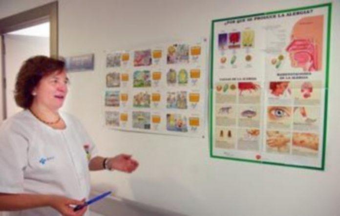 La doctora María Isabel Esteban muestra carteles explicativos sobre porqué y cómo se produce la alergia en distintas épocas del año y zonas geográficas./FERNANDO PEÑALOSA