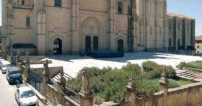 El enlosado y su muro perimetral serán objeto de las obras de restauración que darán comienzo a partir del próximo jueves 1 de octubre./Juan Martín