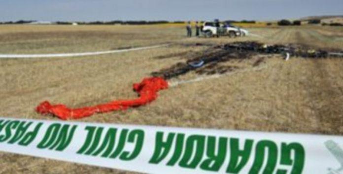 Los restos de la avioneta siniestrada permanecían ayer en el terreno agrícola donde fue a estrellarse el aparato
