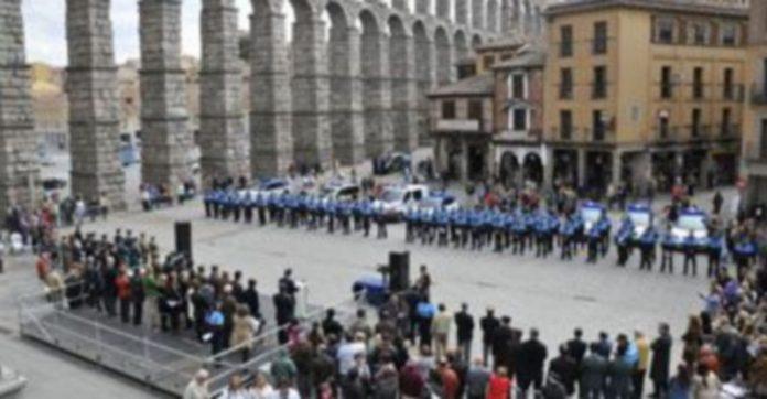 Vista general del Azoguejo durante los actos oficiales con motivo de la festividad del patrón de la Policía Local