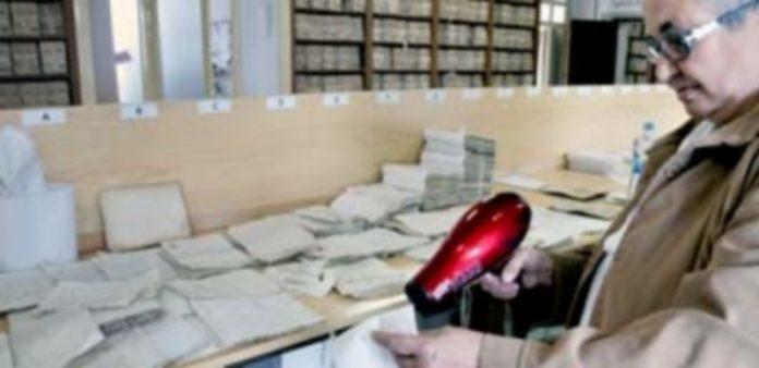 Una de las personas empleadas en el Archivo