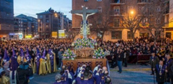 Centenares de personas presenciaron la salida de la imagen desde la ermita del Cristo del Mercado. / Kamarero