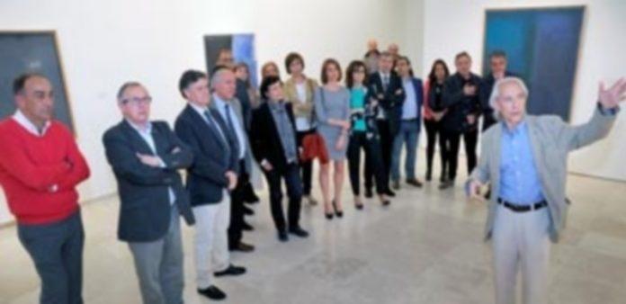 Parreño guió a público y autorides entre los cuadros de Esteban Vicente y Ràfols-Casamada. / kamarero