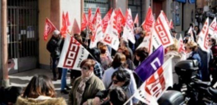 Comisiones Obreras y UGT se concentraron frente a la sede de la Federación Empresarial Segoviana. / KAMARERO