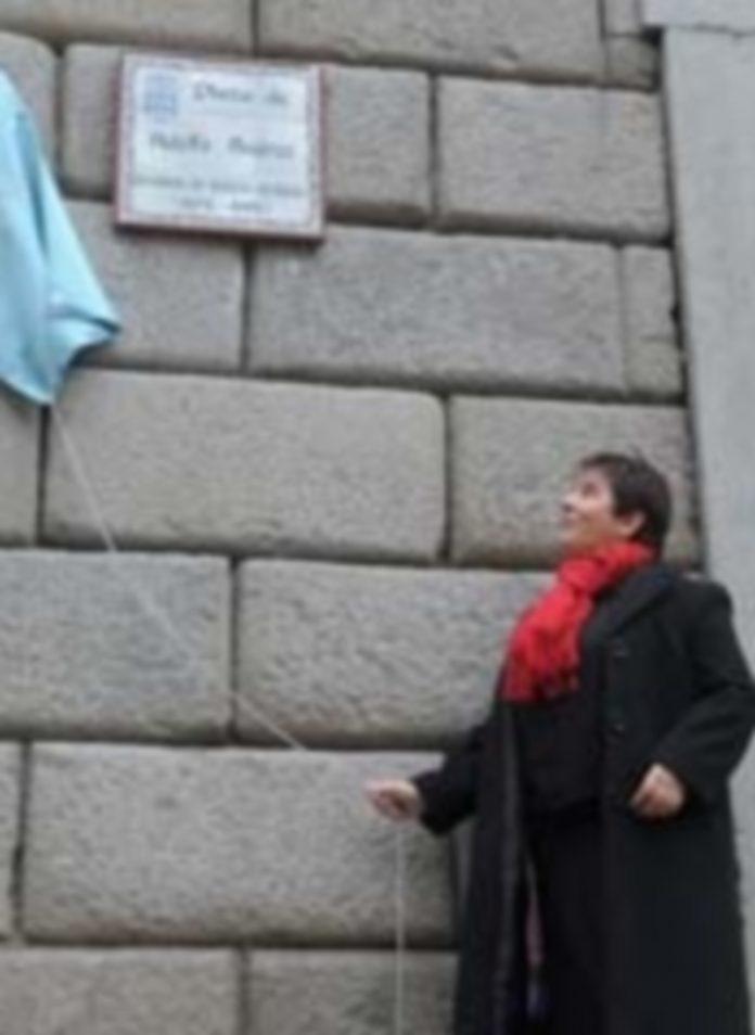 Luquero descorre la cortina para mostrar la placa que da nombre a la plaza. / Kamarero
