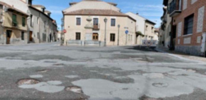 Estado actual de la Plaza de las Alcaldesas. El firme presenta una estado lamentable. / Juan Martín