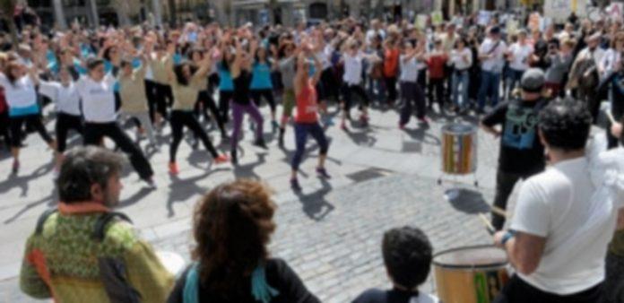 Decenas de personas participaron en el 'flashmob' por el párkinson. / Kamarero