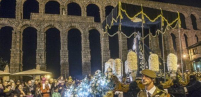 El trono de la virgen pasa frente al Acueducto con centenares de personas a su paso. / Kamarero