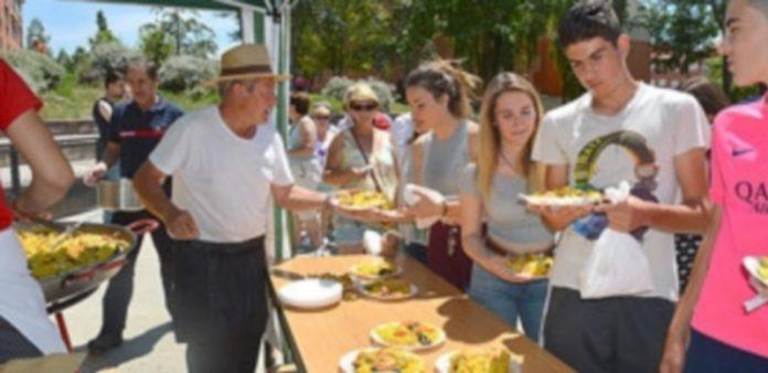 Cientos de personas acudieron a la paella popular. / TAMARA DE SANTOS