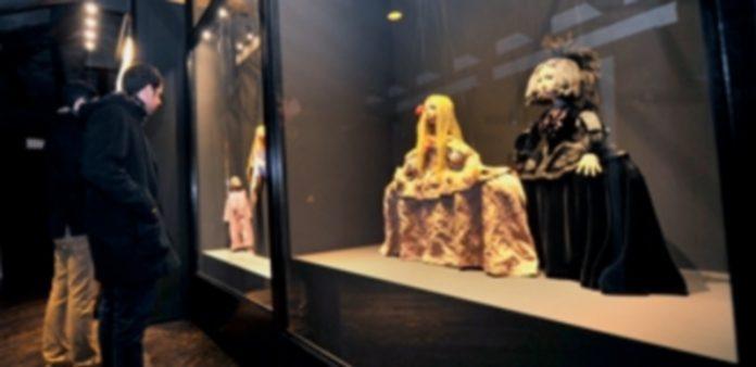 Dos visitantes contemplan una de las vitrinas que contienen marionetas de Francisco Peralta. / Kamarero