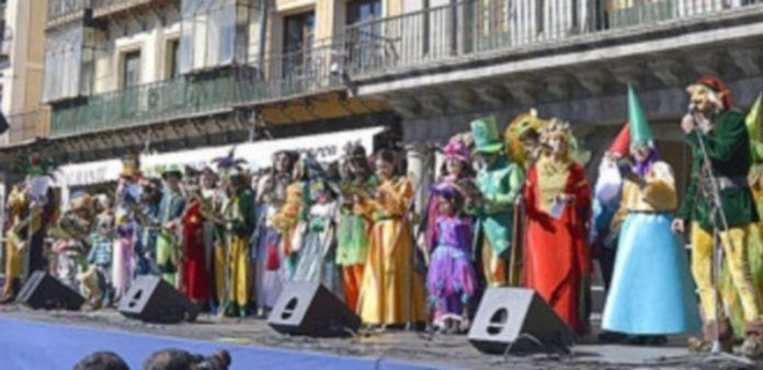 Las comparsas cantaron sus coplas en la plaza mayor./TAMARA DE SANTOS