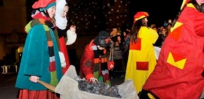 La comitiva de los Magos de Oriente repartirá 1.500 kilos de caramelos y gominolas y 750 de carbón dulce. / Kamarero