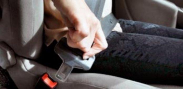 """La Guardia Civil recuerda que """"llevar puesto el cinturón de seguridad es simplemente elegir no morir innecesariamente en la carretera"""". / J. MARTÍN"""