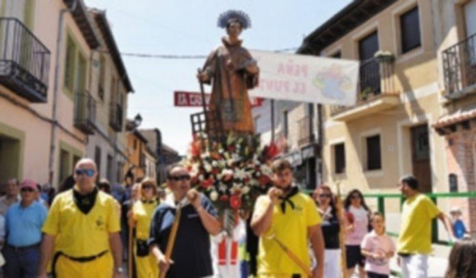 La imagen de San Lorenzo recorrió las calles del barrio acompañado por los felices vecinos hasta llegar a la iglesia en el día grande de las fiestas. / CRISTINA YUSTA