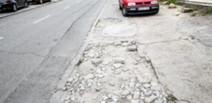 Estado de un tramo de acera en la calle Guadarrama del polígono industrial de El Cerro. / Kamarero