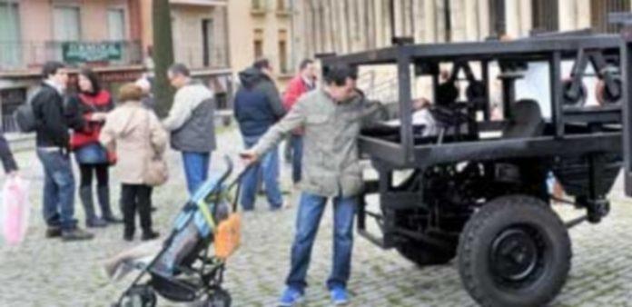 La Cofradía sacó las nuevas carrozas al exterior de la iglesia del barrio para enseñárselas a cofrades y vecinos. / KAMARERO