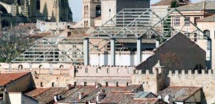 La estructura que corona el antiguo edificio pronto desaparecerá del paisaje urbano de la capital. / Kamarero