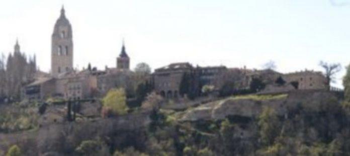 El tramo de la Muralla que será rehabilitado en unos meses se sitúa entre el Jardín de los Poetas y las rejas de acceso al Alcázar. / Juan Martín