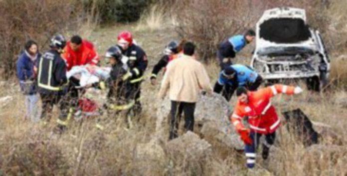 Momento en que los bomberos y efectivos sanitarios trasladan a la mujer herida desde su vehículo