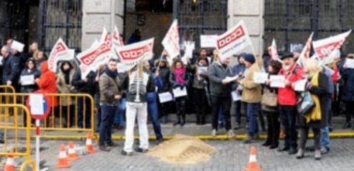 Los funcionarios de los juzgados se manifestaron a la puerta del Palacio de Justicia de 11.00 a 11.30 horas. / KAMARERO