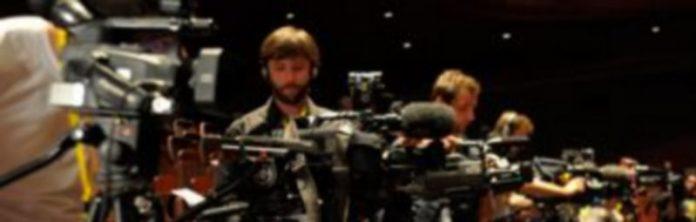 Una treintena de cámaras recogieron imágenes del anuncio del jurado. /Kamarero