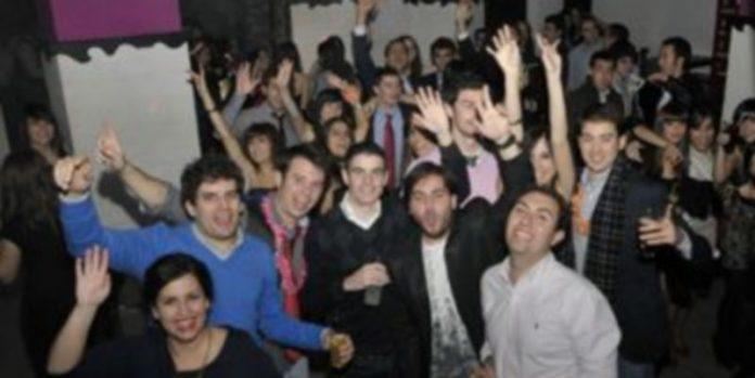 Los jóvenes llenaron los locales nocturnos. / Alberto Benavente.