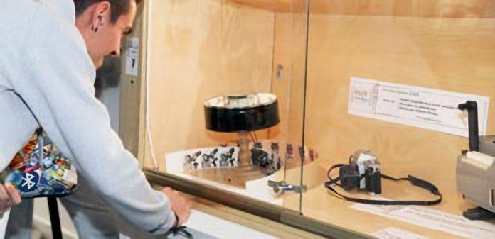 La muestra acoge diferentes objetos que hacen un recorrido histórico por la alfabetización audiovisual. / ALBERTO MORALA