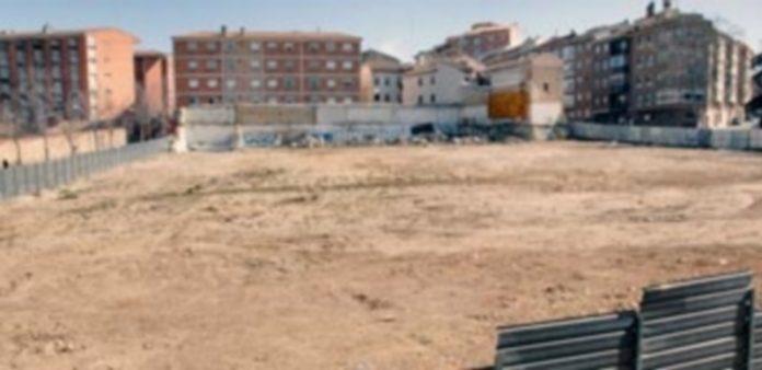 Los terrenos ya explanados están listos para recibir las máquinas y dar comienzo a la construcción del nuevo edificio. / Juan Martín