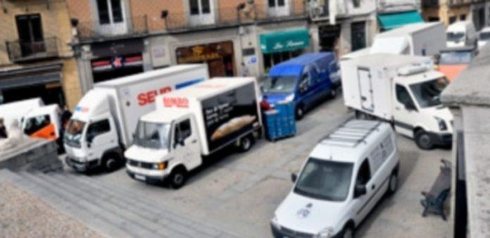 Imagen habitual en el entorno de la plaza de Medina del Campo durante el horario de carga y descarga. / Kamarero
