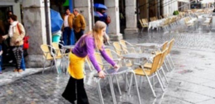 La actividad de terrazas de hostelería en la vía pública o espacios públicos libres está regulada por una ordenanza municipal. / Kamarero