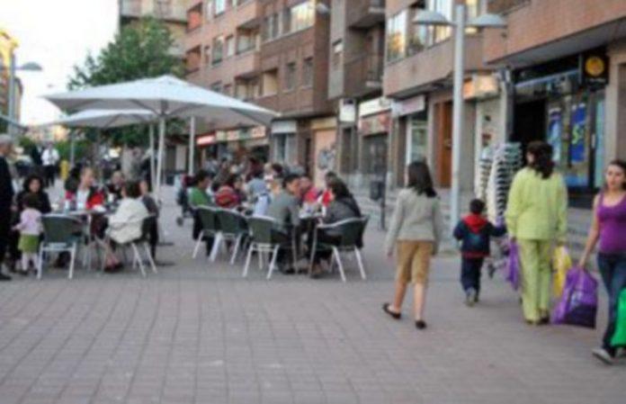 La calle y sus aledaños configuran una de las zonas comerciales más importantes de la ciudad de Segovia. / Kamarero
