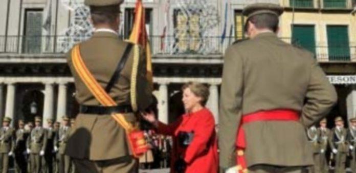 La jura de bandera convocó a decenas de segovianos también el pasado año. / Kamarero