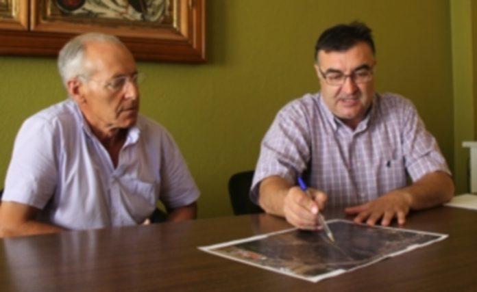 El propietario José Cáceres junto al concejal de Festejos