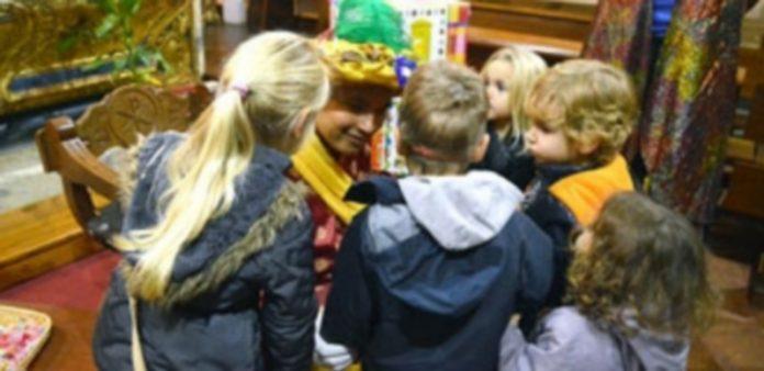 El Cartero Real atendió amablemente a todos los niños que se acercaron a llevarle su carta para los Reyes Magos. / T. DE SANTOS