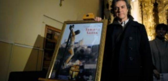 Mario Antón Lobo posa con el cartel anunciador de la Semana Santa. / Kamarero